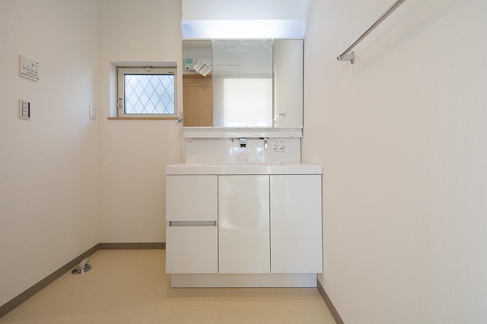 潔い白で清潔感のあるサニタリールーム。
