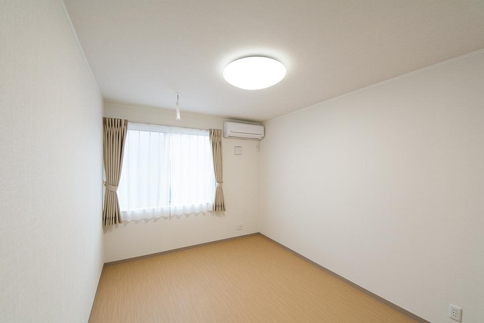 優しい配色を施した、すっきり清潔感のある2階の居室。