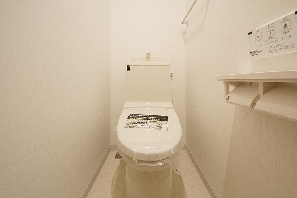 白を基調とした清潔感あるトイレ。