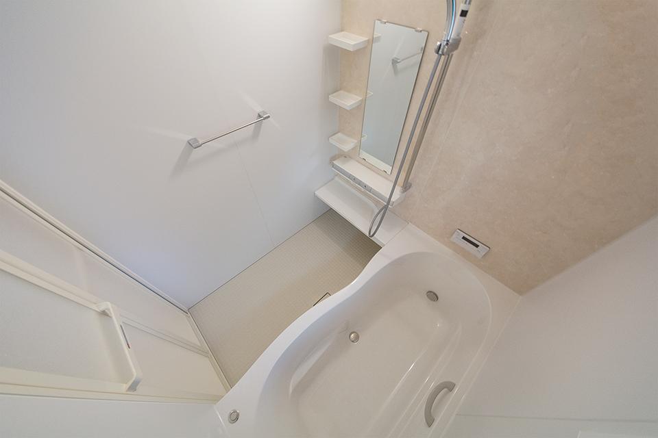 ベージュ系のアクセントパネルを使用した穏やかな印象のバスルーム。