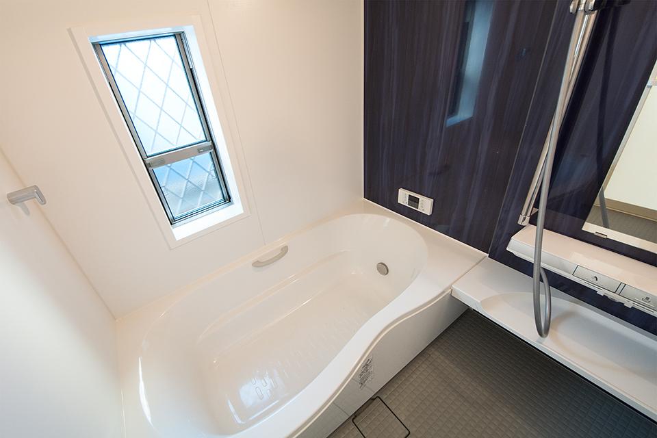 ゆったりとした浴槽のバスルーム。
