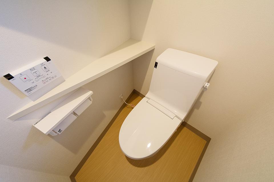清潔感のある穏やかな配色の1階のトイレ。