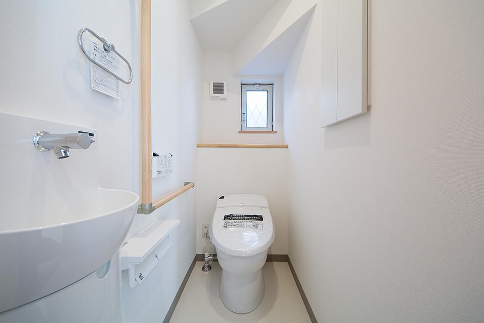 白を基調にブラウン系のアクセントパネルを配した清潔感ある空間。