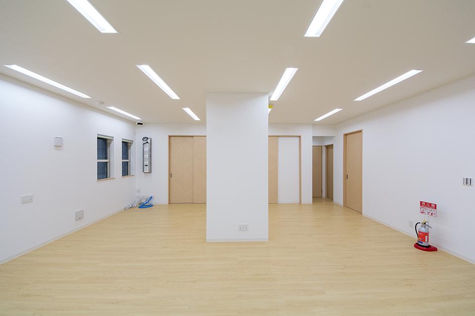 メープル色の床と明るいチェリー色のドアを使用し明るく穏やかな空間を演出。