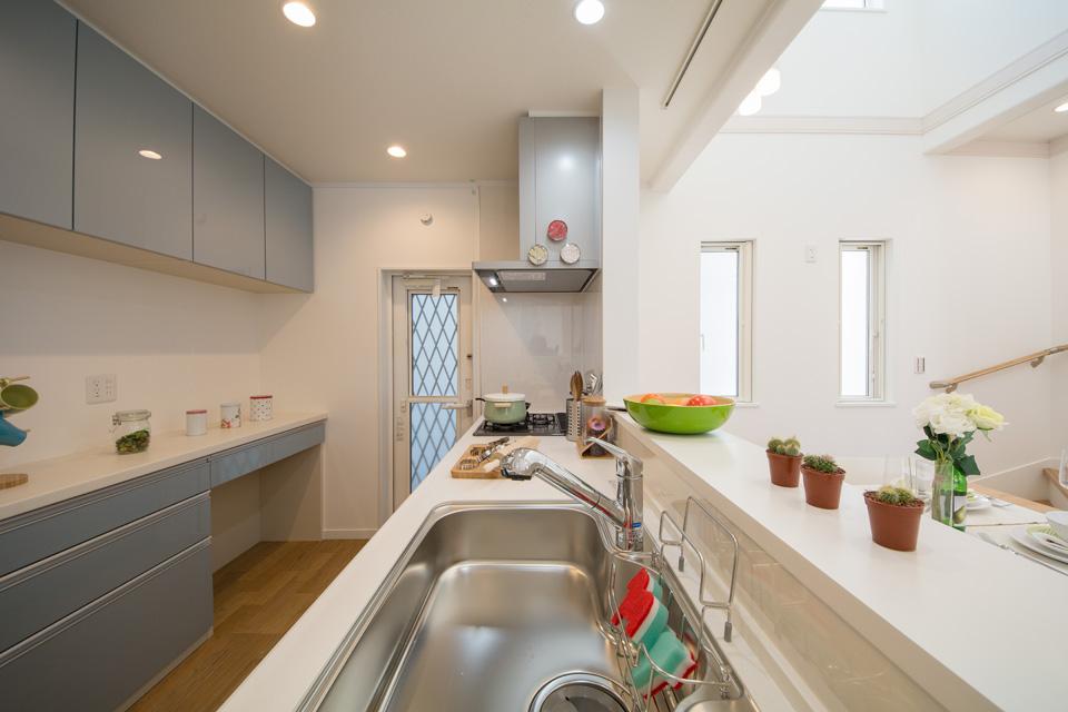 ライトブルーのカップボードがキッチンを彩ります。