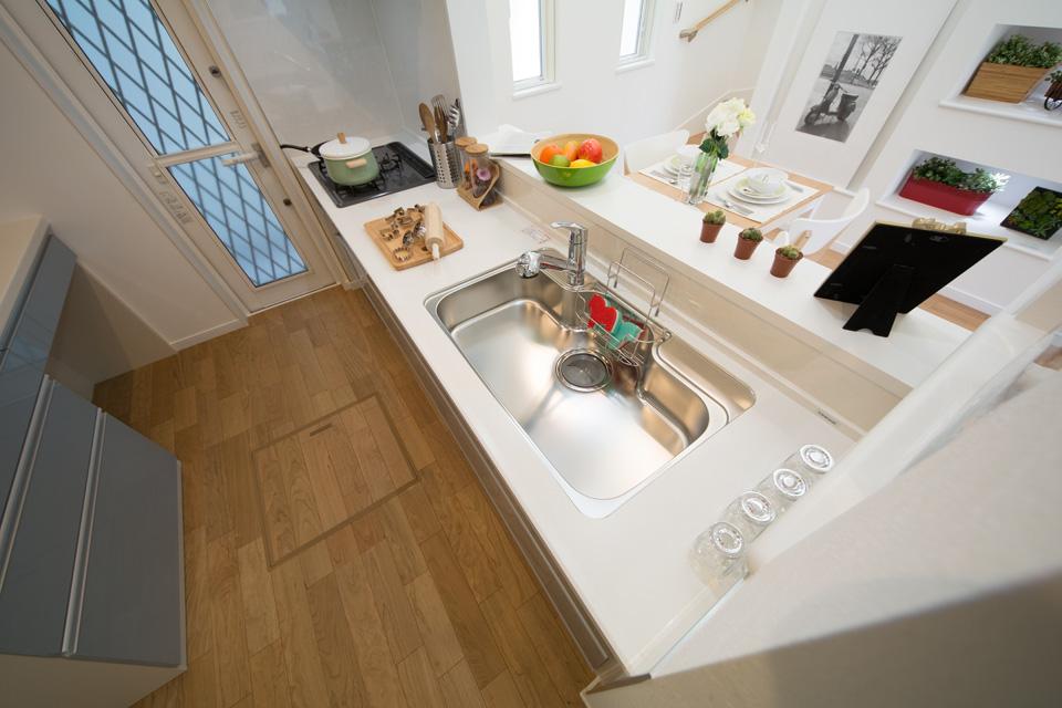 キッチンに備え付けた採風ドアが室内をさわやかな風で包みます。