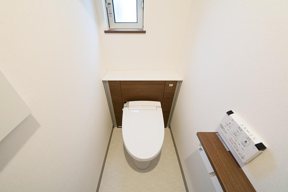 キャビネット付、見た目もすっきりとした1階トイレ。