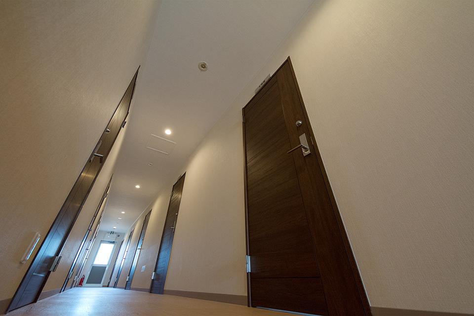 外からの光が差し込む明るい雰囲気の廊下。