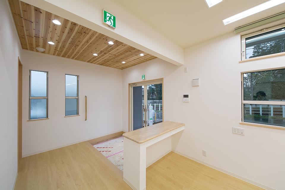 1階のエントランスには受付用のカウンターを設置。広々としたホールも魅力