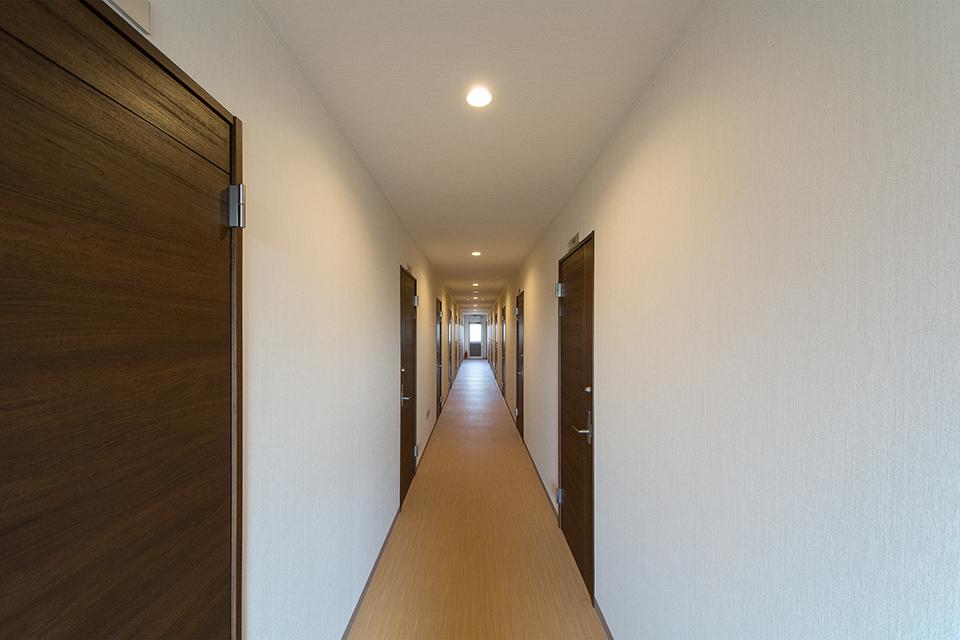 ドアを互い違いに配置し、機能的で安全なデザインの廊下。