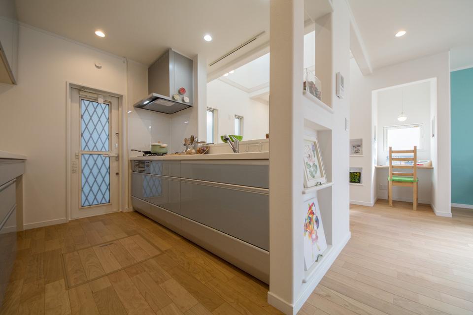 機能的で使い勝手の良いキッチン。白のキッチンパネルとライトブルーのキッチン扉が清潔感を演出。