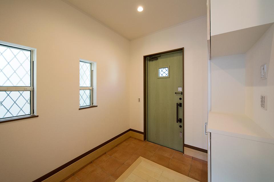 広々とした玄関ホール。ハイスタッドで開放感ある空間に。