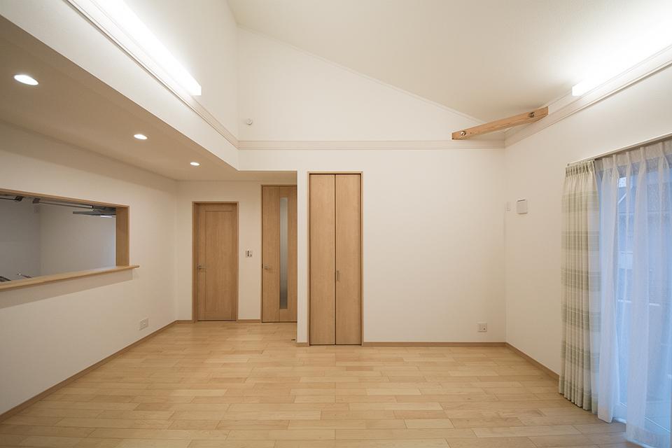 勾配天井を採用し火打ち梁を見せることで、リビングが個性的で開放感ある空間に。