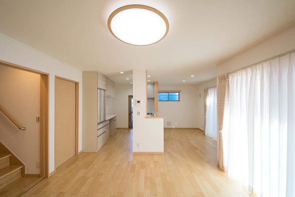 ナチュラルな風合いのメープル色の床材と白のクロスが心地よい空間を演出。