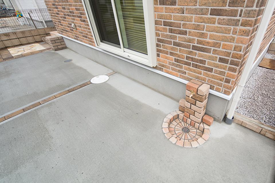 アンティークレンガ立水栓がファサードを彩ります。