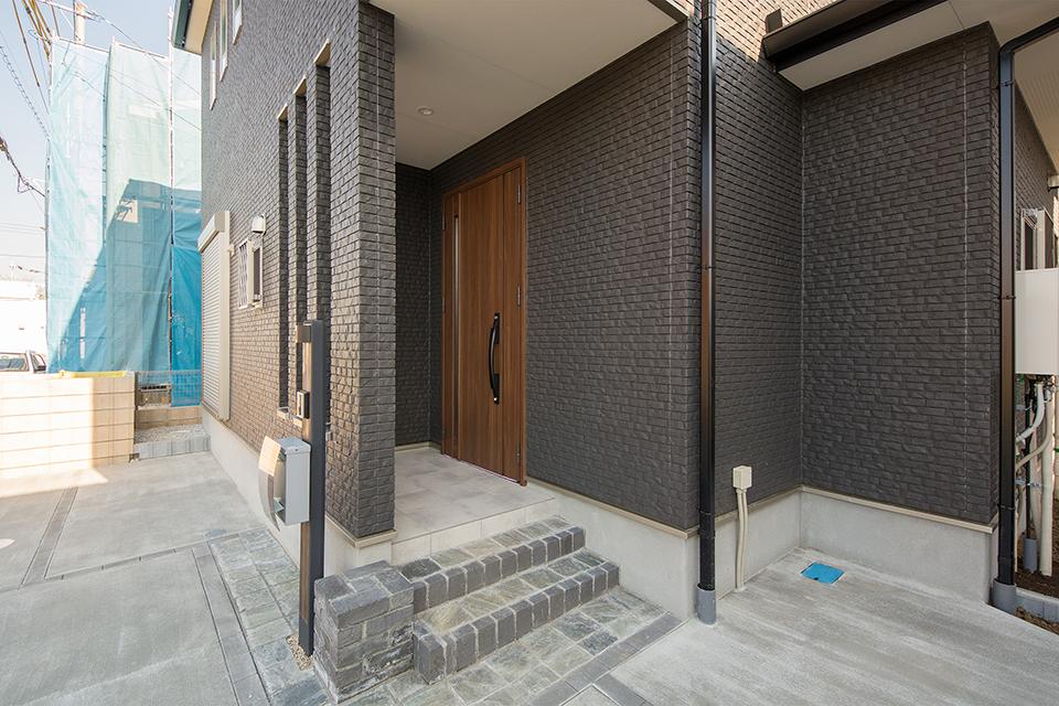ナチュラルなブラックウォルナットの玄関ドアがファサードのアクセントに。