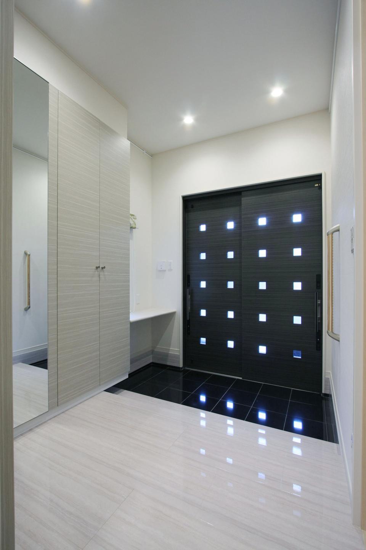 たくさんの小窓から光が差す、スタイリッシュなデザインの玄関ドア