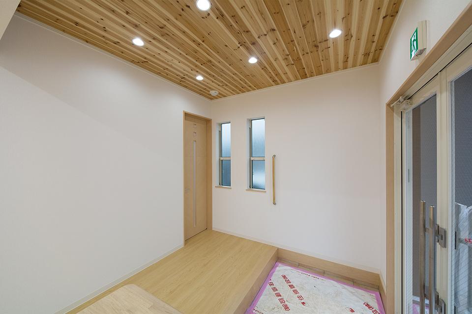天井には節を活かした味わいのある杉を使用。木の温もりに包まれる空間。
