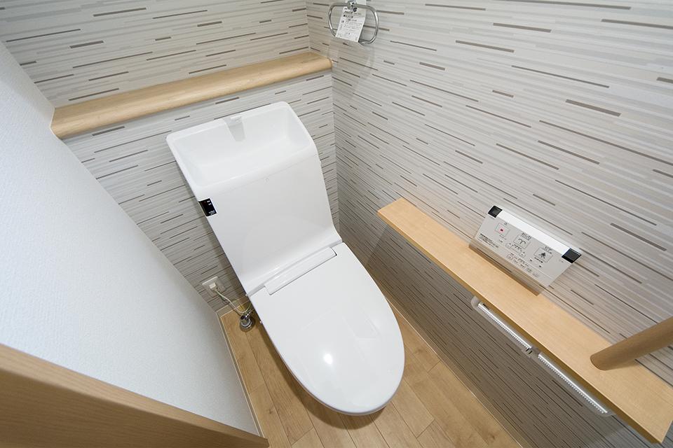 スタイリッシュなアクセントクロスを使用した1階トイレ。