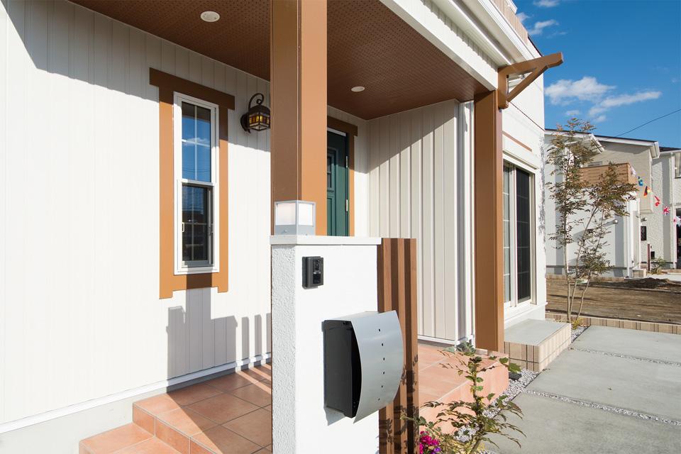 アイリッシュグリーンの玄関ドアがエントランスを鮮やか に彩ります。