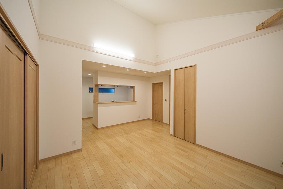 広々としたリビングダイニング。建具や床を優しいナチュラルな風合いで統一しています。