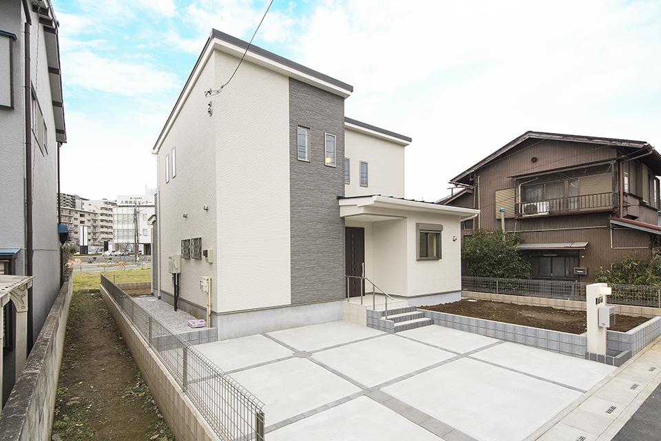 片流れ屋根のシンプルモダンなデザインが印象的です。
