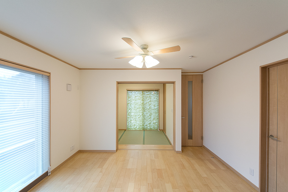 ナチュラルなメープル調のフローリングがやさしく穏やかな室内空間を演出。