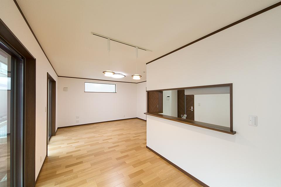 オークのナチュラル感と白いクロスが穏やかな室内空間を演出。