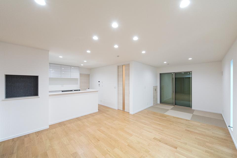 白を基調とした室内。ダウンライトの光が上質な空間を演出します。