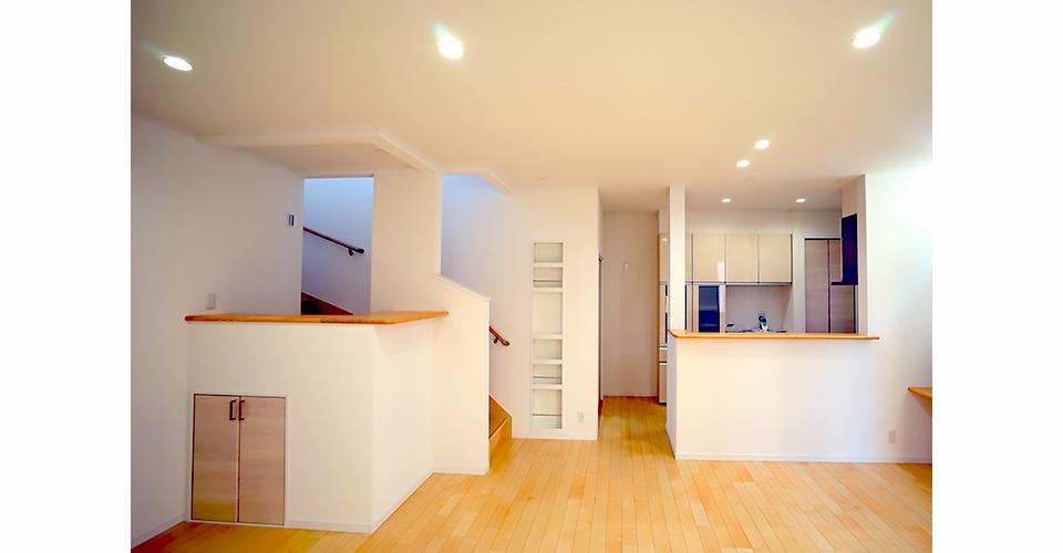 階段手前にもいろいろ使えるニッチな収納棚