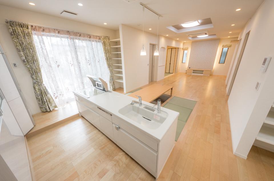 白を基調とした清潔感のあるキッチンスペース