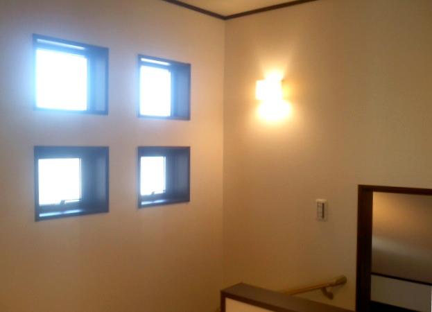 階段の窓を四つの小窓にし、採光だけでなくデザイン性を付加