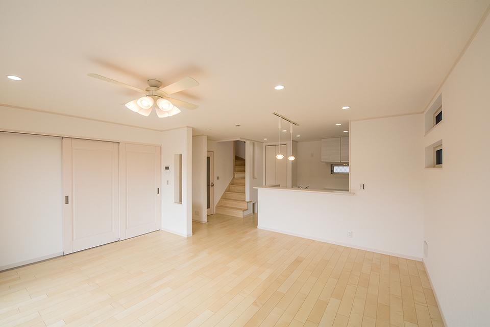 カーリー杢シカモアのフローリングが穏やかな室内を演出。