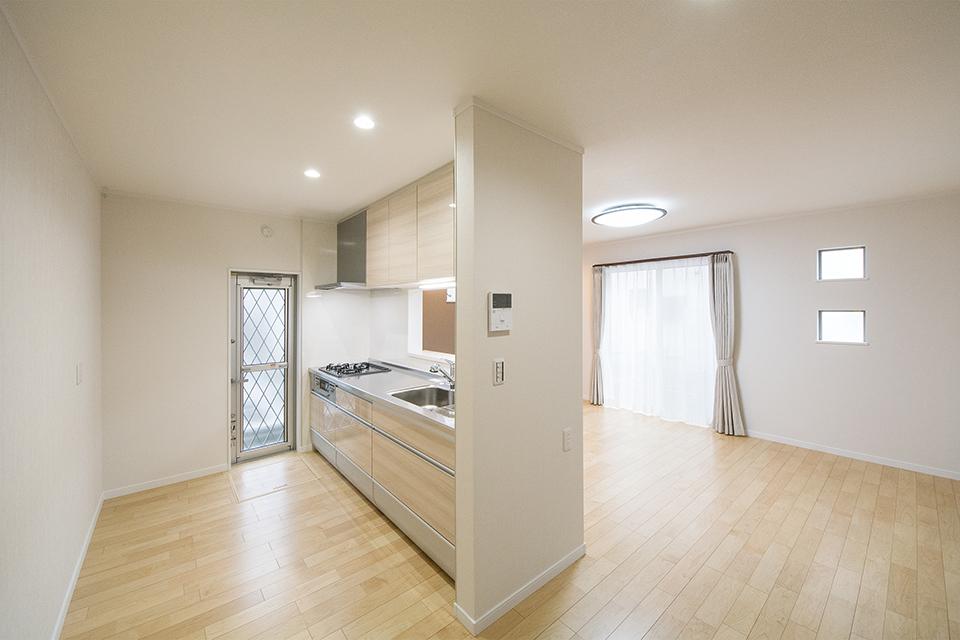 キッチンは木目調の優しい風合いに統一しました。