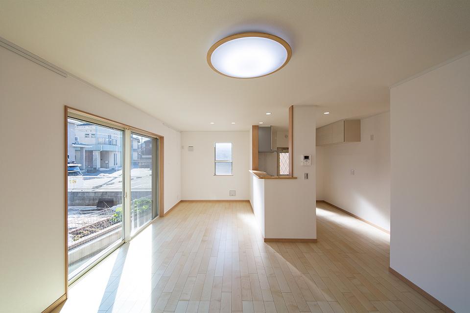 明るく開放感のあるリビングダイニングキッチン。