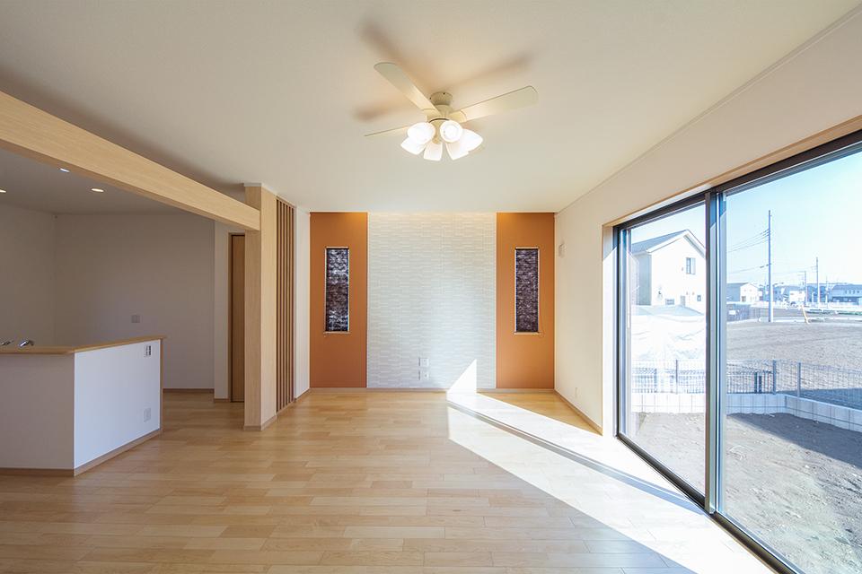 ハイスタッドの高い天井と大きくとった窓で、開放的な雰囲気のリビング。