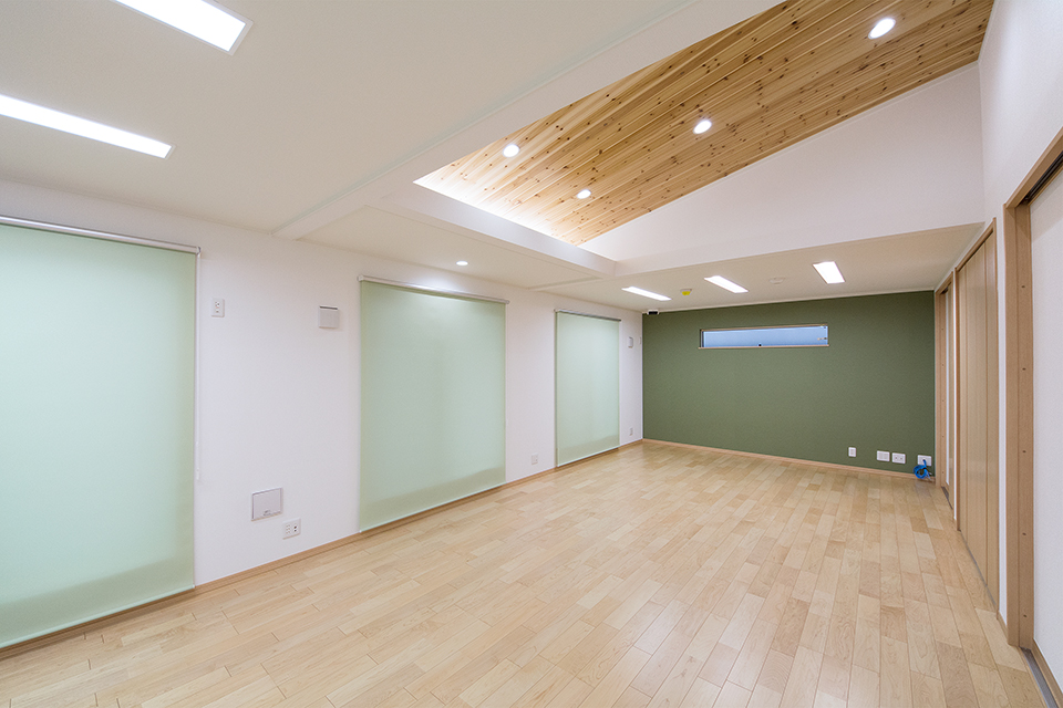 天井の一部を勾配天井にして開放感のある空間を演出。