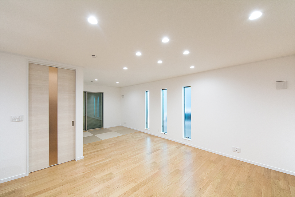 縦長の3連窓が空間にスタイリッシュな雰囲気をプラスします。