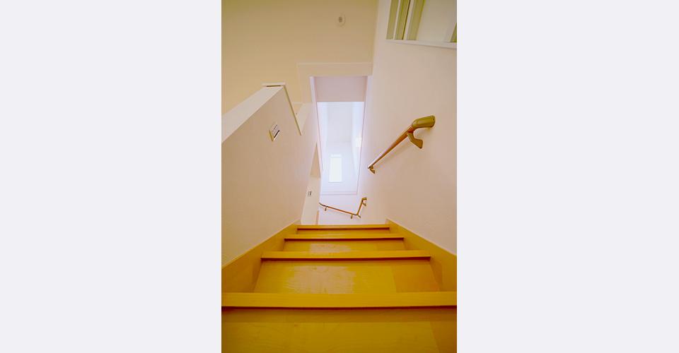上りやすい手摺のある階段