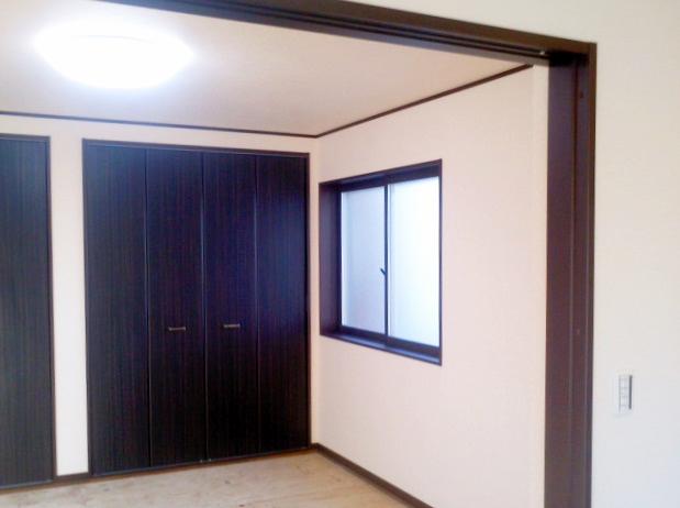 シックな雰囲気の洋室と収納スペース