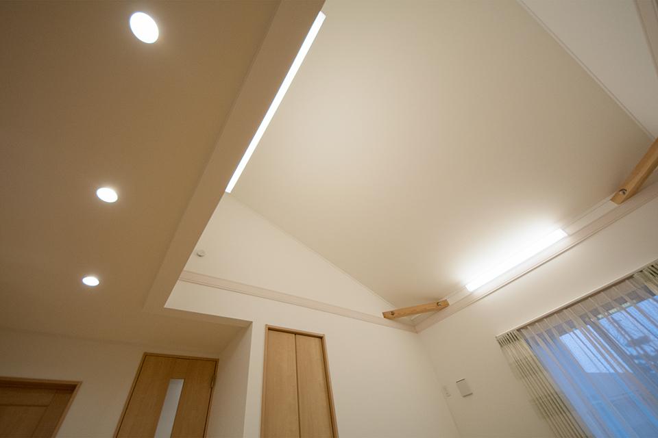 勾配天井でリビングが開放感のある空間に。