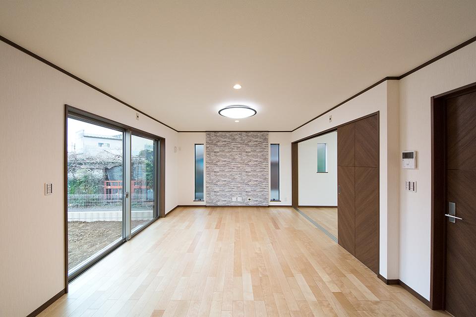 石目のアクセントクロスが室内をエレガントな雰囲気に。