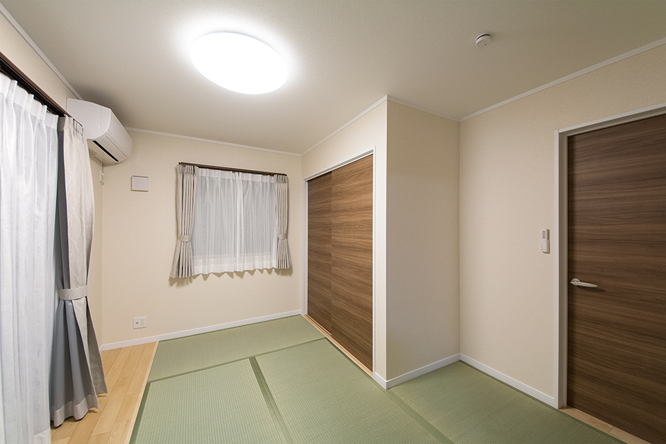 メープル色のフローリングと畳のさわやかなグリーンが心地のよい空間に。