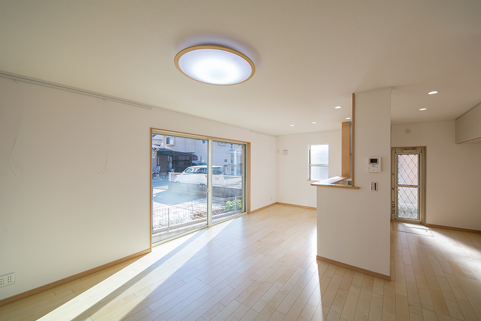 カーリー杢シカモアのフローリングが、窓から差し込むやわらかい光を反射し、穏やかで心地良い室内空間を演出。