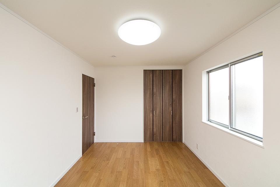 ナチュラルな木の風合いが穏やかな雰囲気に仕上がった2階居室。