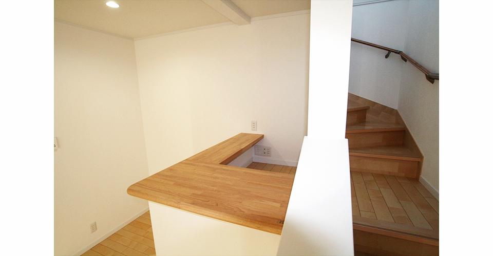 階段を上がると小さいスペースが見えてきます 階段の途中に中2階スペースを作りました