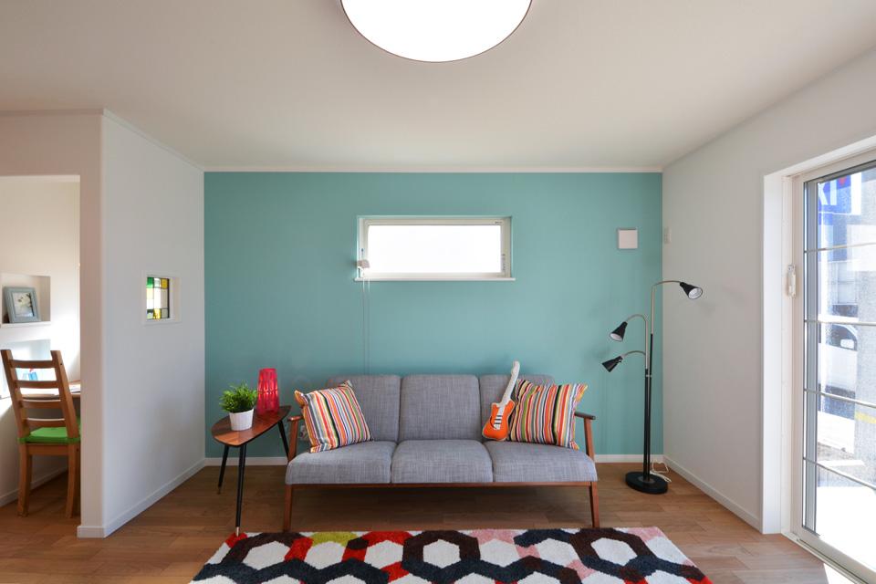 北欧スタイルならではの水色の壁紙がアクセントとなりリビングを明るく彩ります。