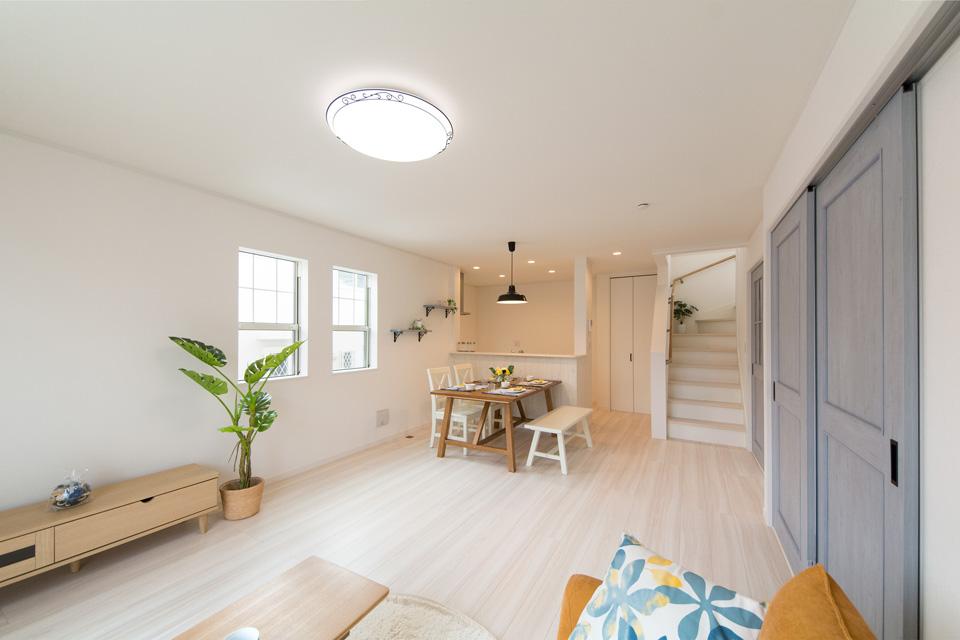 自然な風合いのフローリングが室内空間を彩り、ナチュラルなあたたかみを演出します。