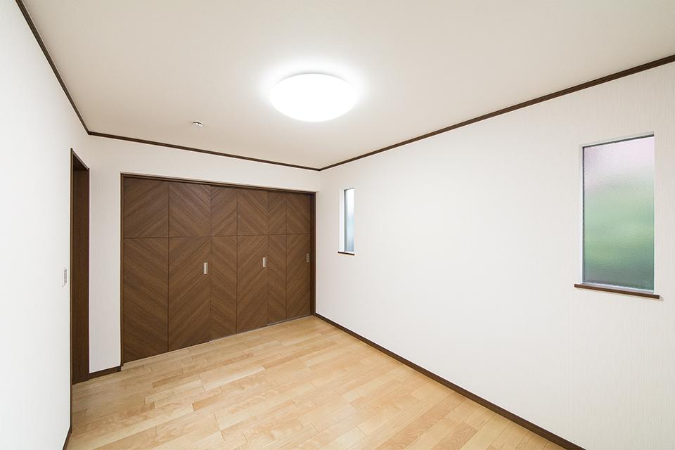 白のクロスとバーチのフローリングが優しい雰囲気を演出する1階洋室。