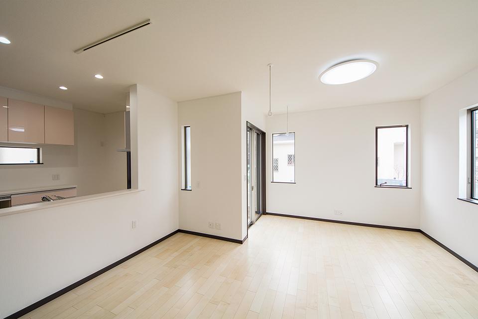 囲むように設置された窓が印象的なリビング空間。